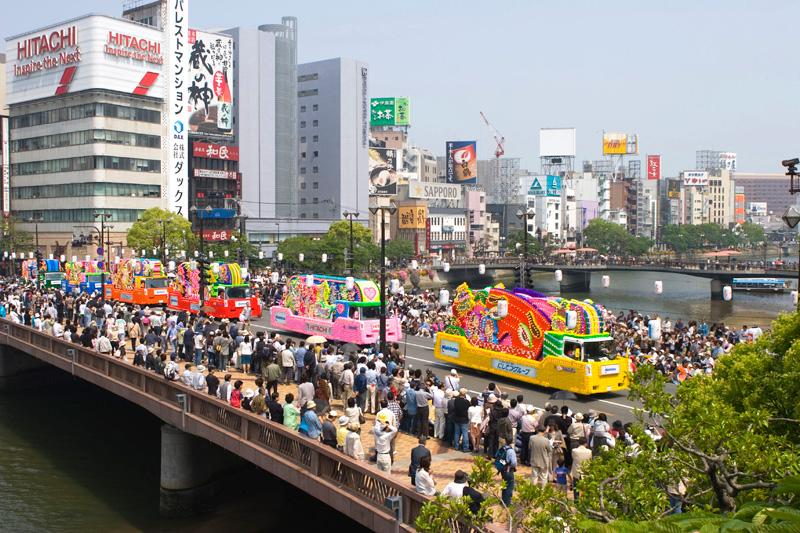 博多どんたく・花自動車のパレード<写真提供:福岡市>