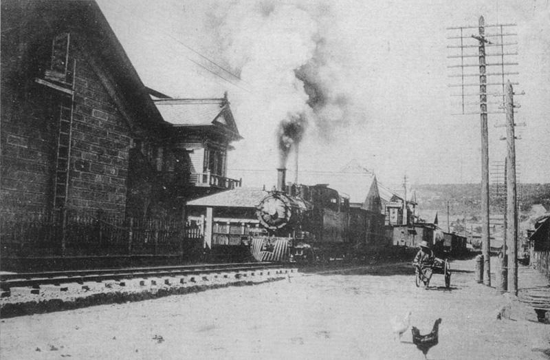 明治36年4月以前の木造の日本郵船(正面にレールがある)