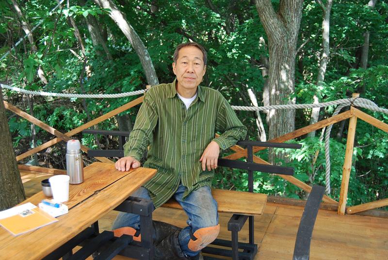 自然の木を柱にしたツリーテラス 渡辺行夫氏