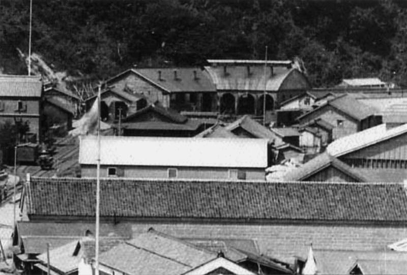 明治20年代後半に撮影した機関車庫三号と二号(昭和30年代に解体で現存せず)