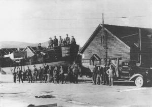 昭和30年 河辺石油発注の給油船を馬で運搬