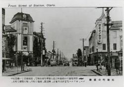 稲穂町の盛観 停車場通りの稲穂町は最も繁華な商店街で、店頭麗しい雑貨店やバー、カフェーなどが建ち並び、映画館、劇場もあり、頗る殷盛である。