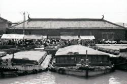 小樽倉庫前の艀を借景とした祭り風景(写真提供:志佐公道氏)
