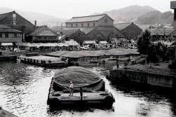 大家倉庫前の艀を借景とした祭り風景(大家の両側の倉庫はいまはない)(写真提供:志佐公道氏)