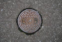 「汚」という文字がデザインされ、中間処理施設が地下にあるとこを知らせる。