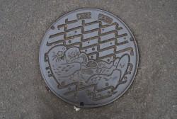 下水道の合流点や屈折点のあるマンホール。水族館にラッコが登場した時期にデザインされた。