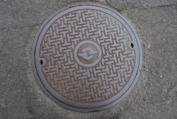 NTTのマンホール     ・マンホール 770個     ・管路(NTTビル〜マンホール〜マンホール〜NTTビルをつなぐ地下の管)760�q     ・地下ケーブル 光ケーブル 174�q・メタルケーブル 252�q
