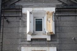 石蔵の重厚な窓