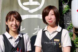 大正硝子館 店長 一戸 美雪 氏(左) とんぼ玉館 副店長 橋口 美穂 氏(右)