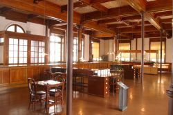 旧日本郵船小樽支店1階 (小樽FC製作の小樽観光写真素材集より引用)
