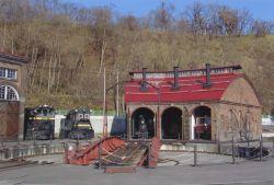 修復した機関車庫三号(左の建物が機関車庫一号・手前が転車台)